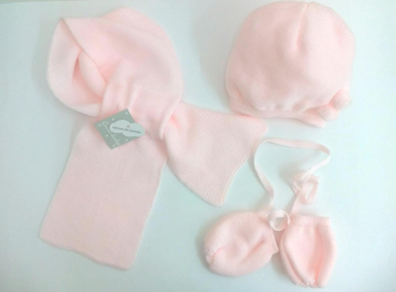 Conjunto de niña rosa de gorro, bufanda y manoplas.