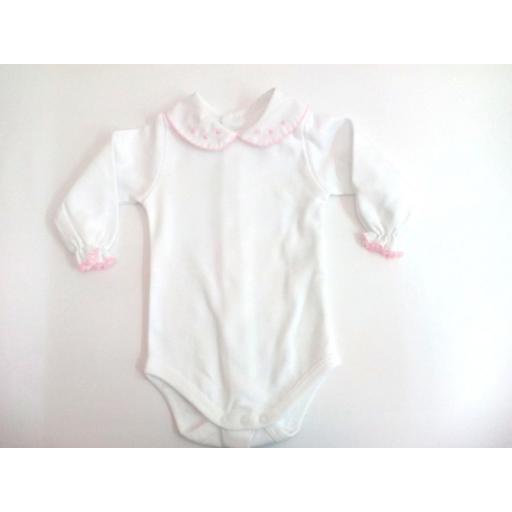 Body bebé con cuellos rosas de manga larga.