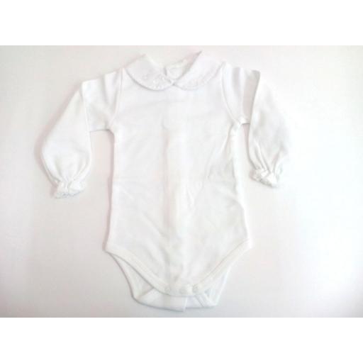 Body de bebé con cuellos en blanco de manga larga.