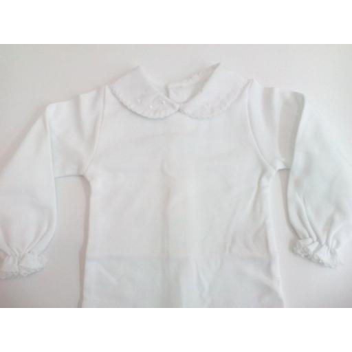 Body de bebé con cuellos en blanco de manga larga.  [1]
