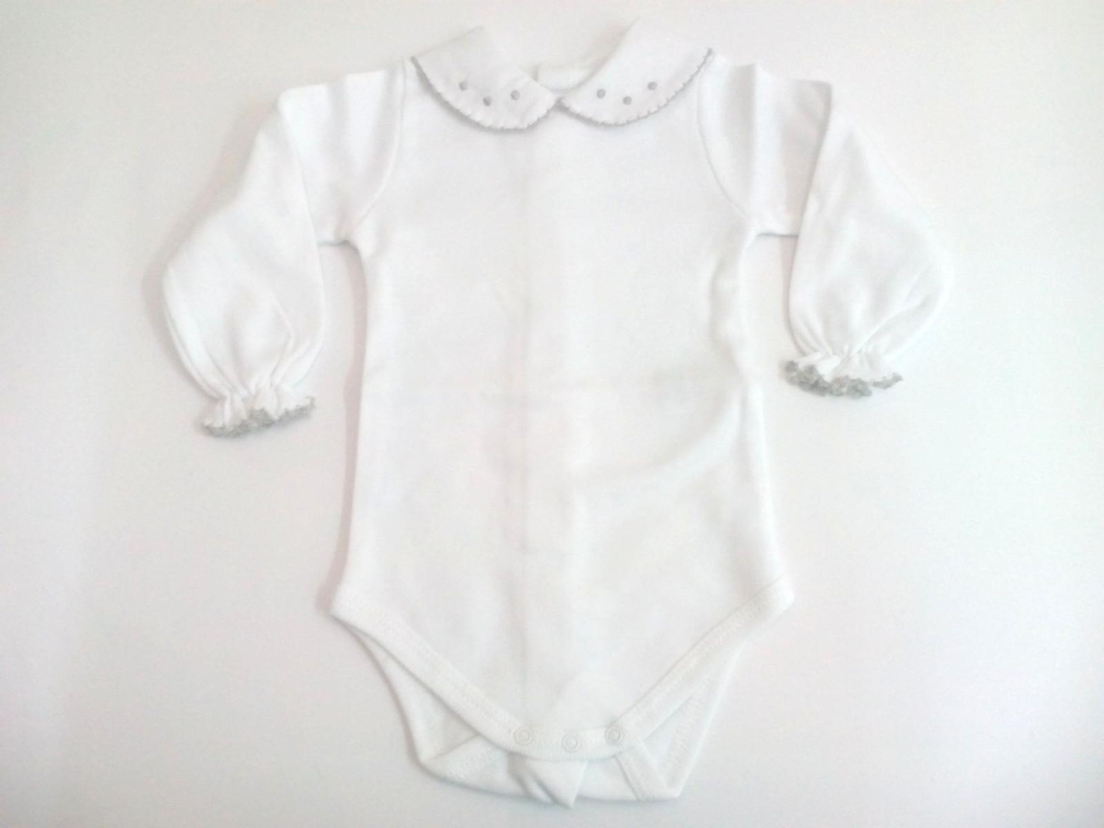 Body de bebé con cuellos en gris de manga larga.