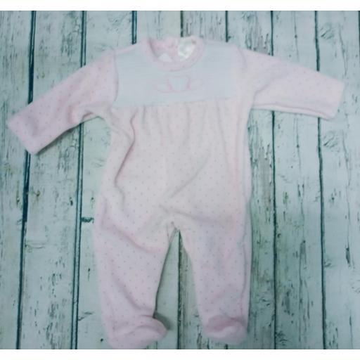 Pijama de bebè rosa con motas de Deolinda.