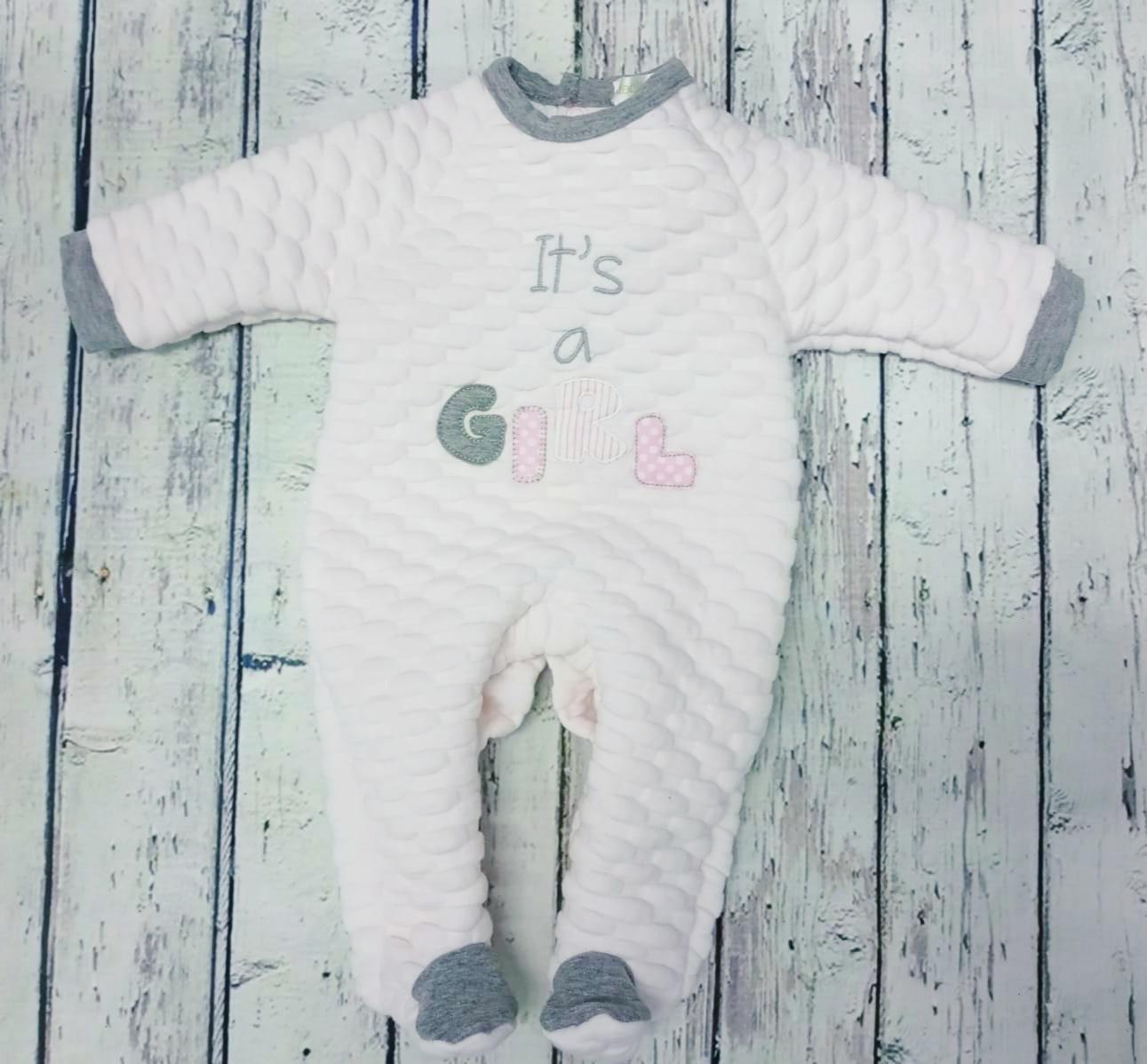 """Pijama de bebè rosa """"It's a girl """" de Deolinda."""