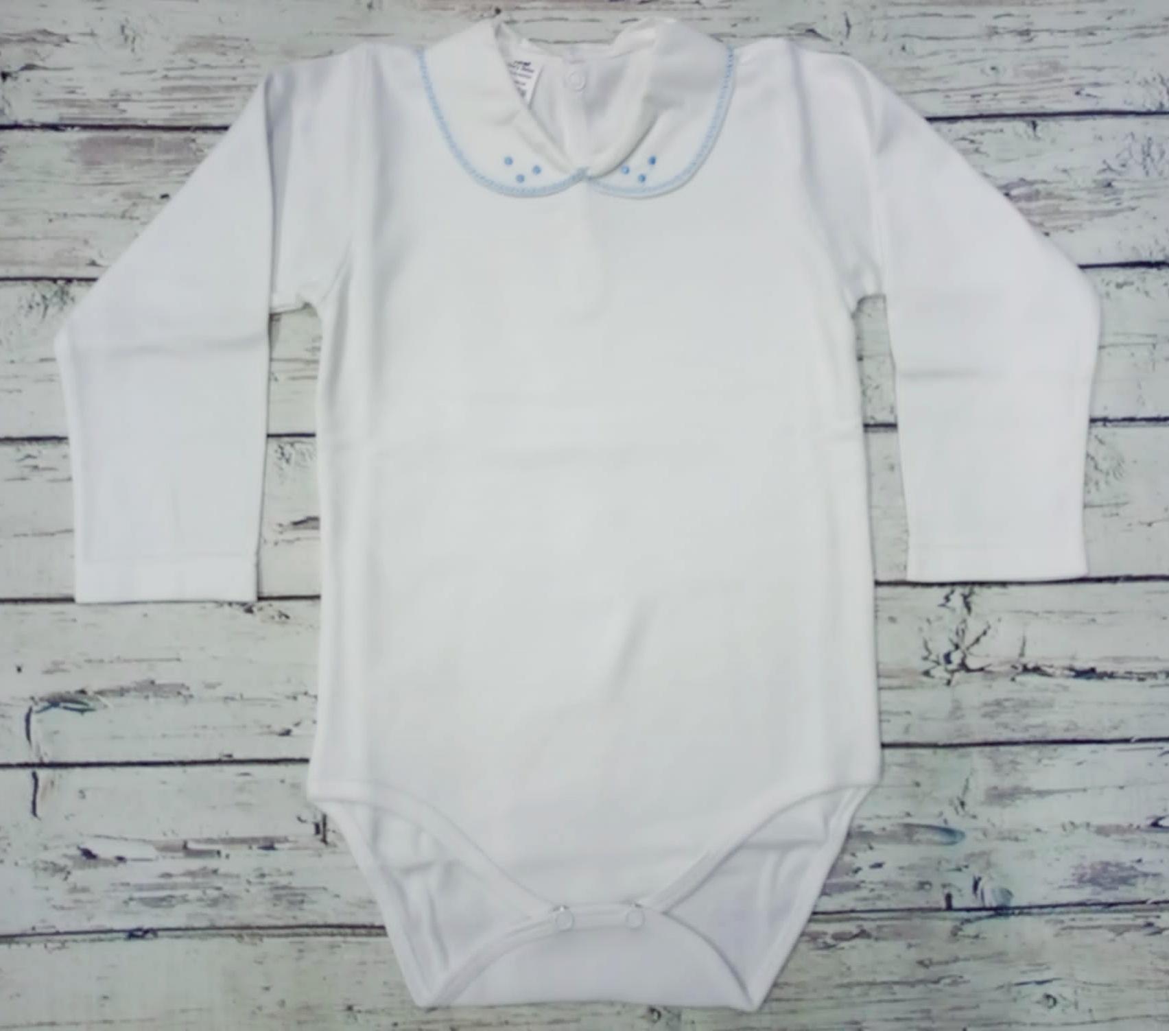 Body bebé manga larga con cuellos bordados en azul .