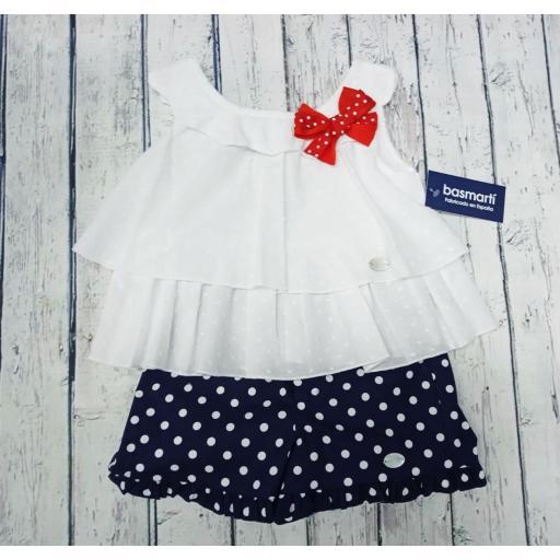 Conjunto de niña con camisa blanca de Basmarti. [1]