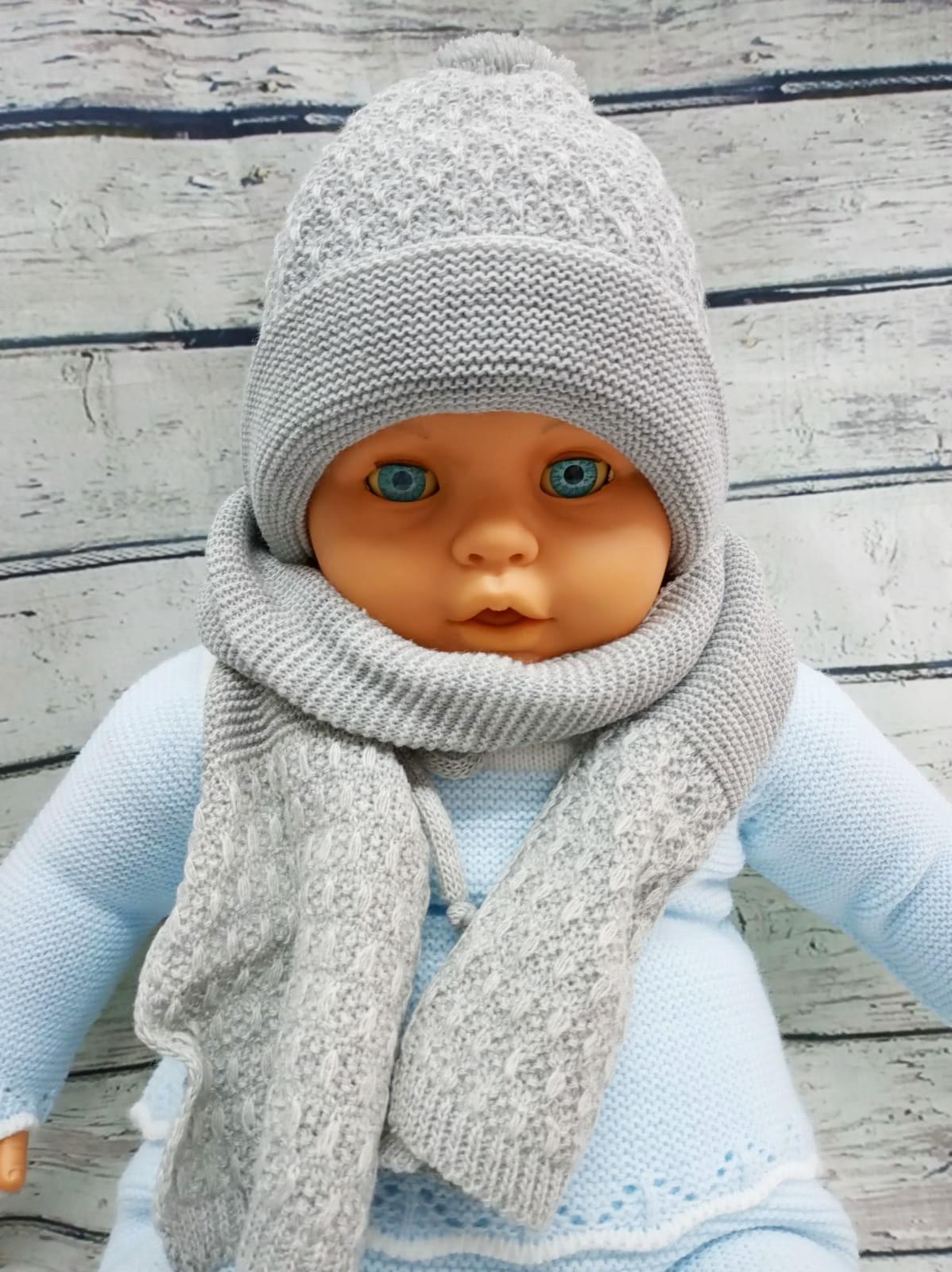 Gorro de niño  y bufanda en gris de Jose Luis Navarro.