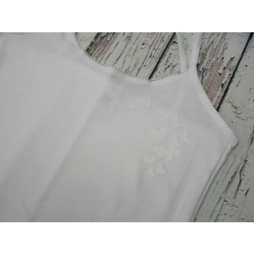 """Camiseta interior blanca de niña de tirantes """" Mariposas""""  de Pera. [1]"""