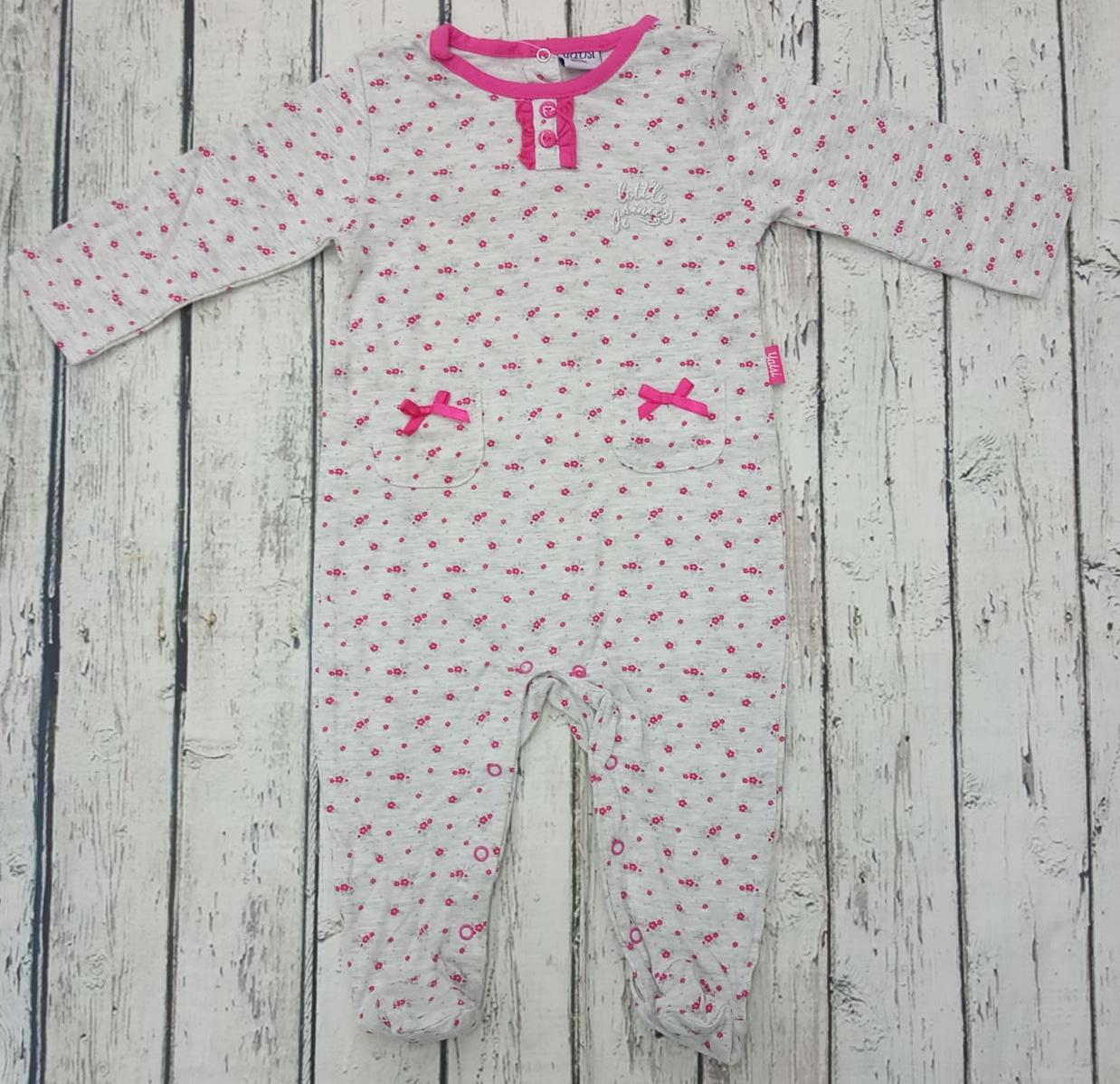Pijama de bebé niña en gris con flores de Yatsi.
