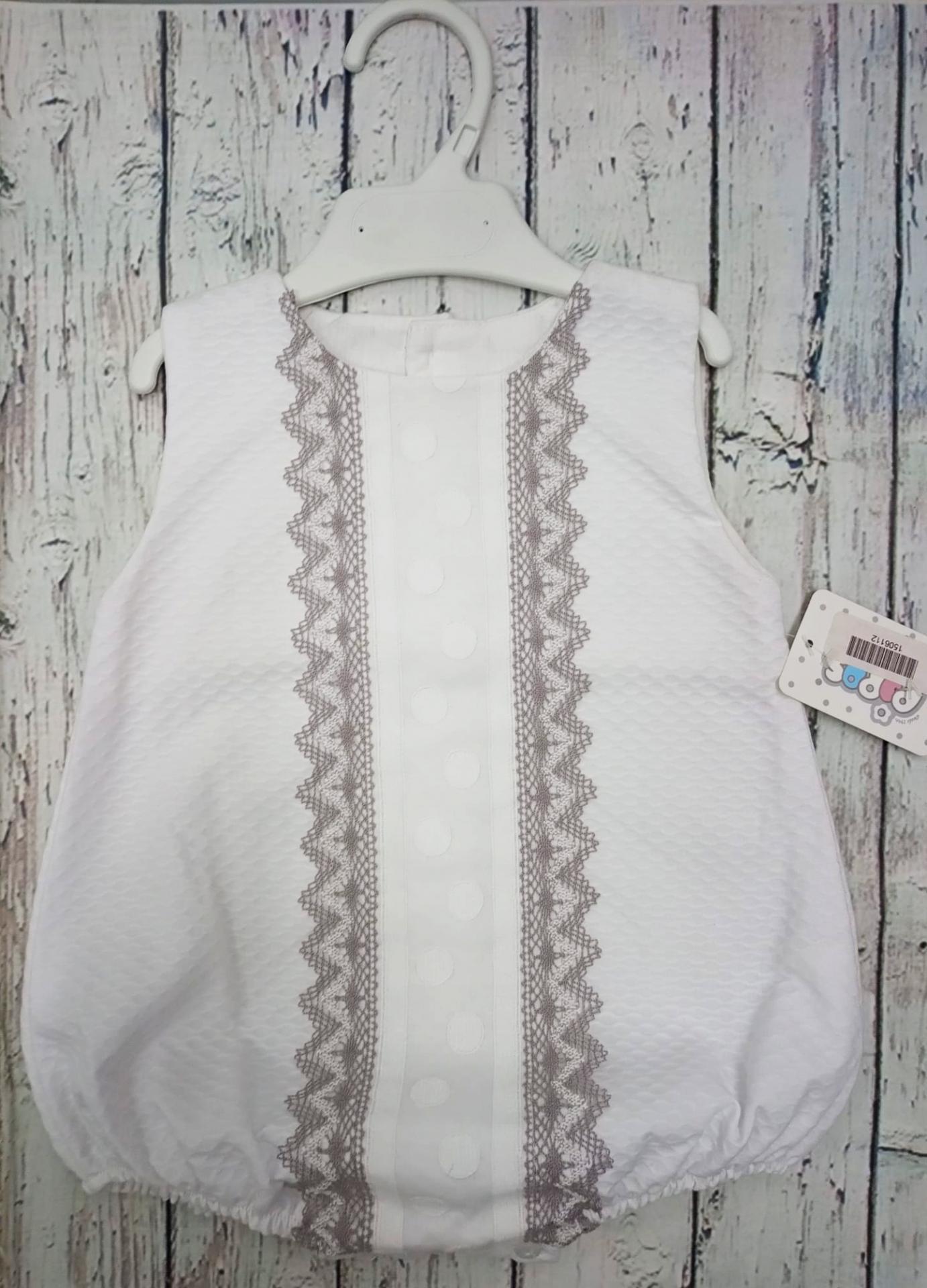 Pelele de bebé en piqué blanco con puntilla  gris de Pipos