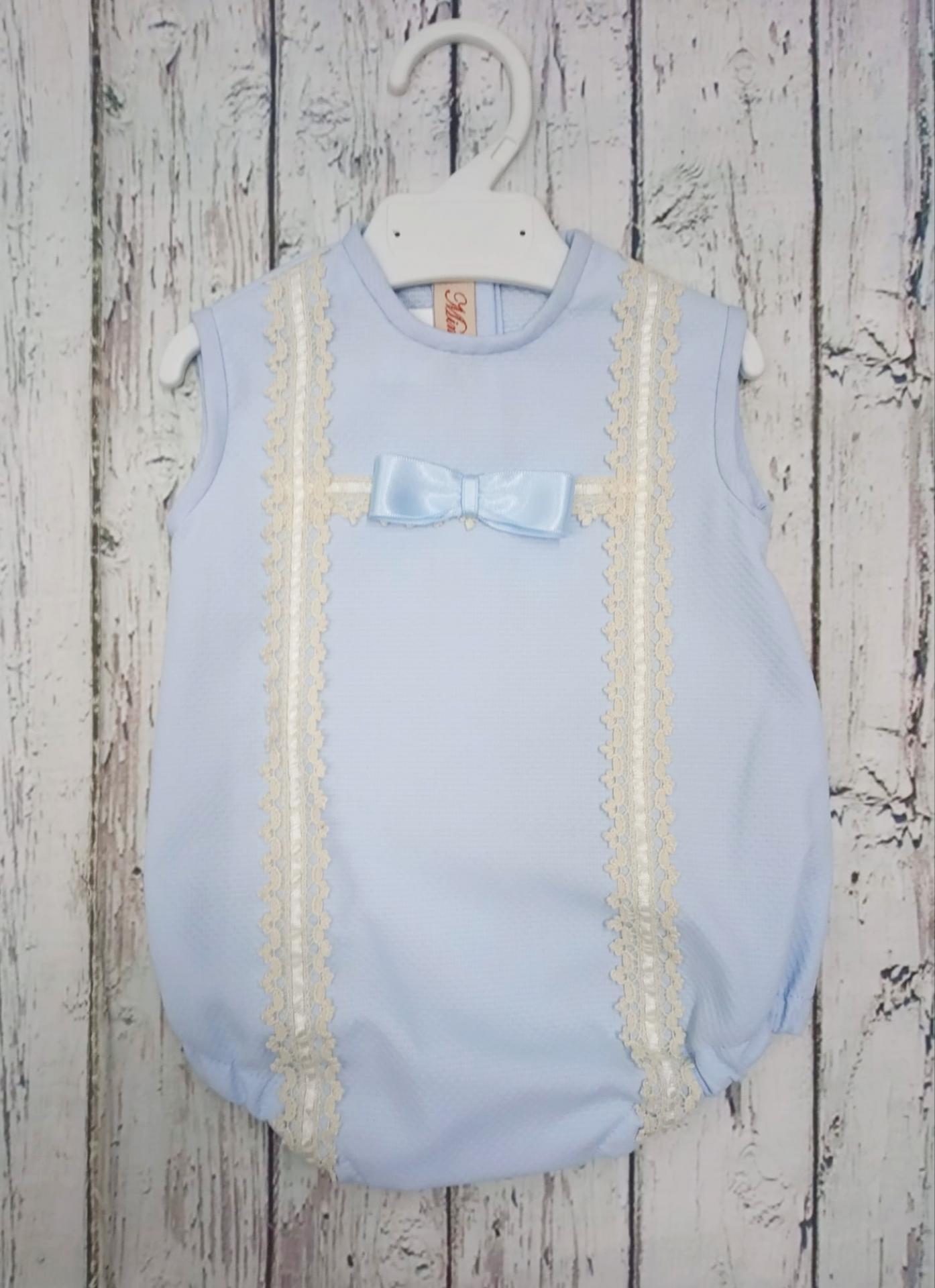 Pelele de bebé en piqué Azul con puntilla  marfil  de Mimosines.