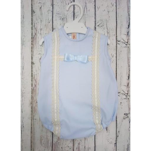 Pelele de bebé en piqué Azul con puntilla  marfil  de Mimosines. [0]