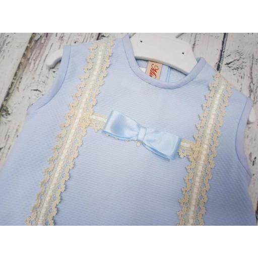 Pelele de bebé en piqué Azul con puntilla  marfil  de Mimosines. [1]