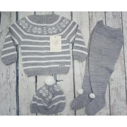 """Jersey con polaina de bebé """" Greca"""" en gris y gorro  de Prim baby."""