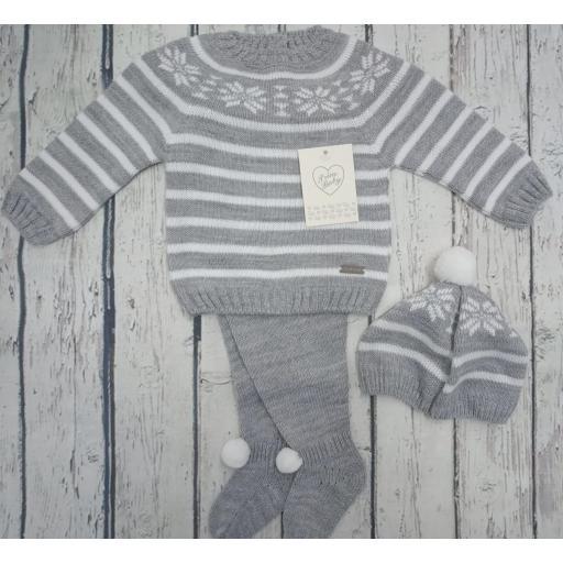 """Jersey con polaina de bebé """" Greca"""" en gris y gorro  de Prim baby. [1]"""
