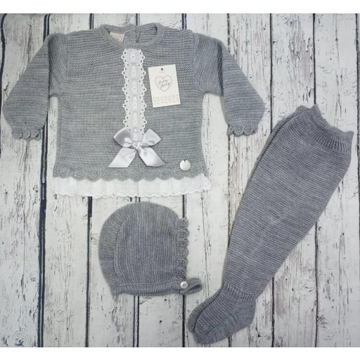 """Jersey con polaina de bebé """" Puntilla"""" en gris y capota  de Prim baby."""