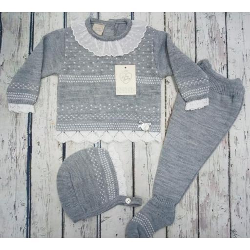 "Jersey con polaina de bebé "" Motas"" en gris y capota  de Prim baby."