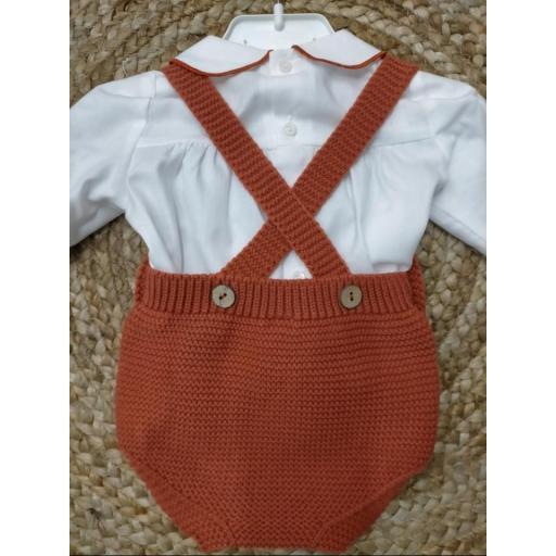 Peto de punto en  naranja con blusa de Pangasa baby. [1]