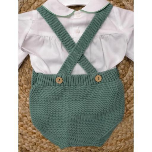 Peto de punto en  verde con blusa de Pangasa baby. [1]