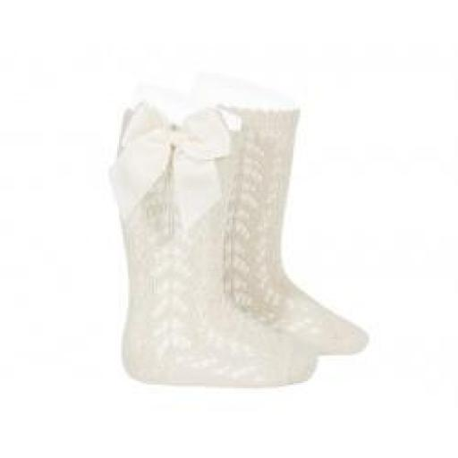 Calcetines calados de perlé color lino de Cóndor.