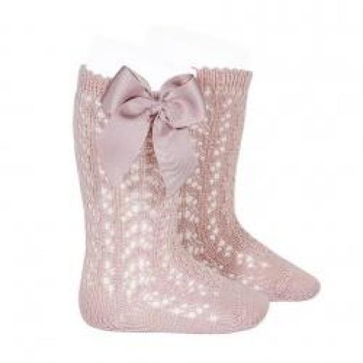 Calcetines altos calados rosa empolvado con lazo de Cóndor.