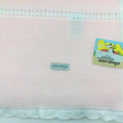 Toquilla rosa con puntilla blanca de Nico Dingo.