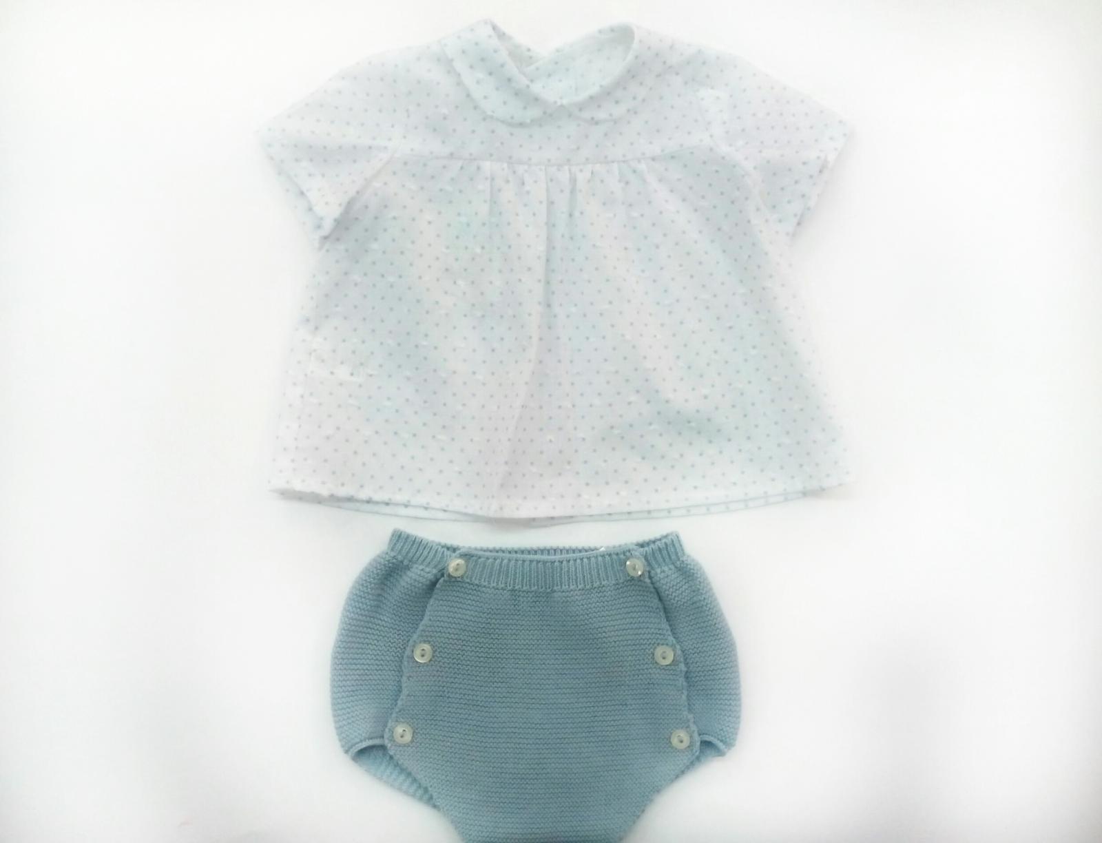 Conjunto de bebé en azul empolvado de Pangasa.