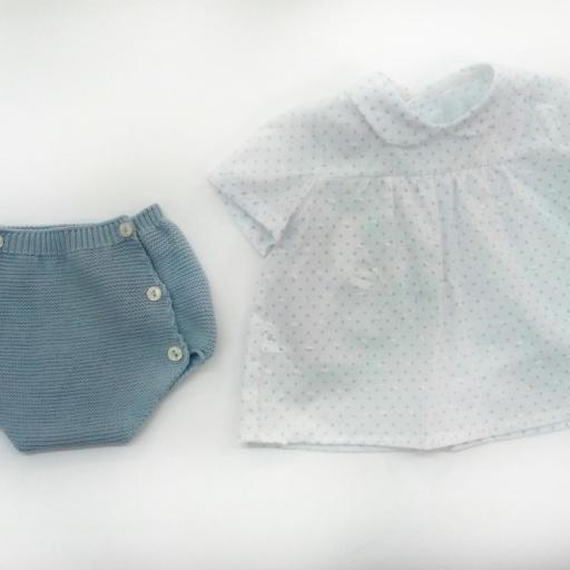 Conjunto de bebé en azul empolvado de Pangasa.  [1]