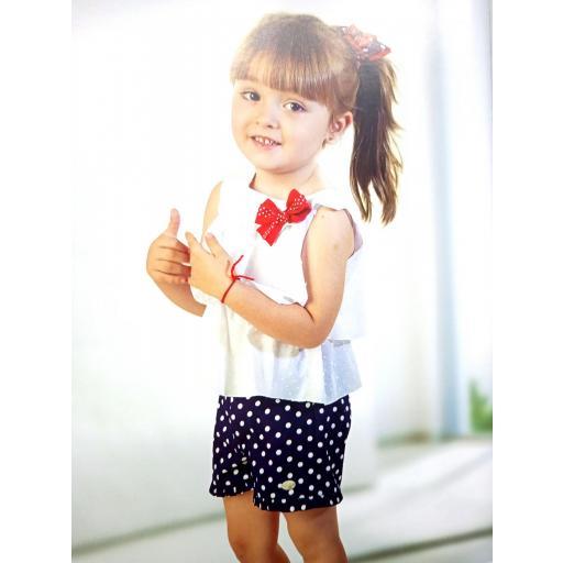 Conjunto de niña con camisa blanca de Basmarti.