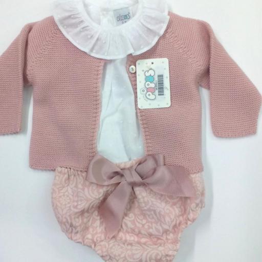 Camisa de niña con cubrepañal en rosa empolvado de Pipos. La chaqueta se vende aparte.