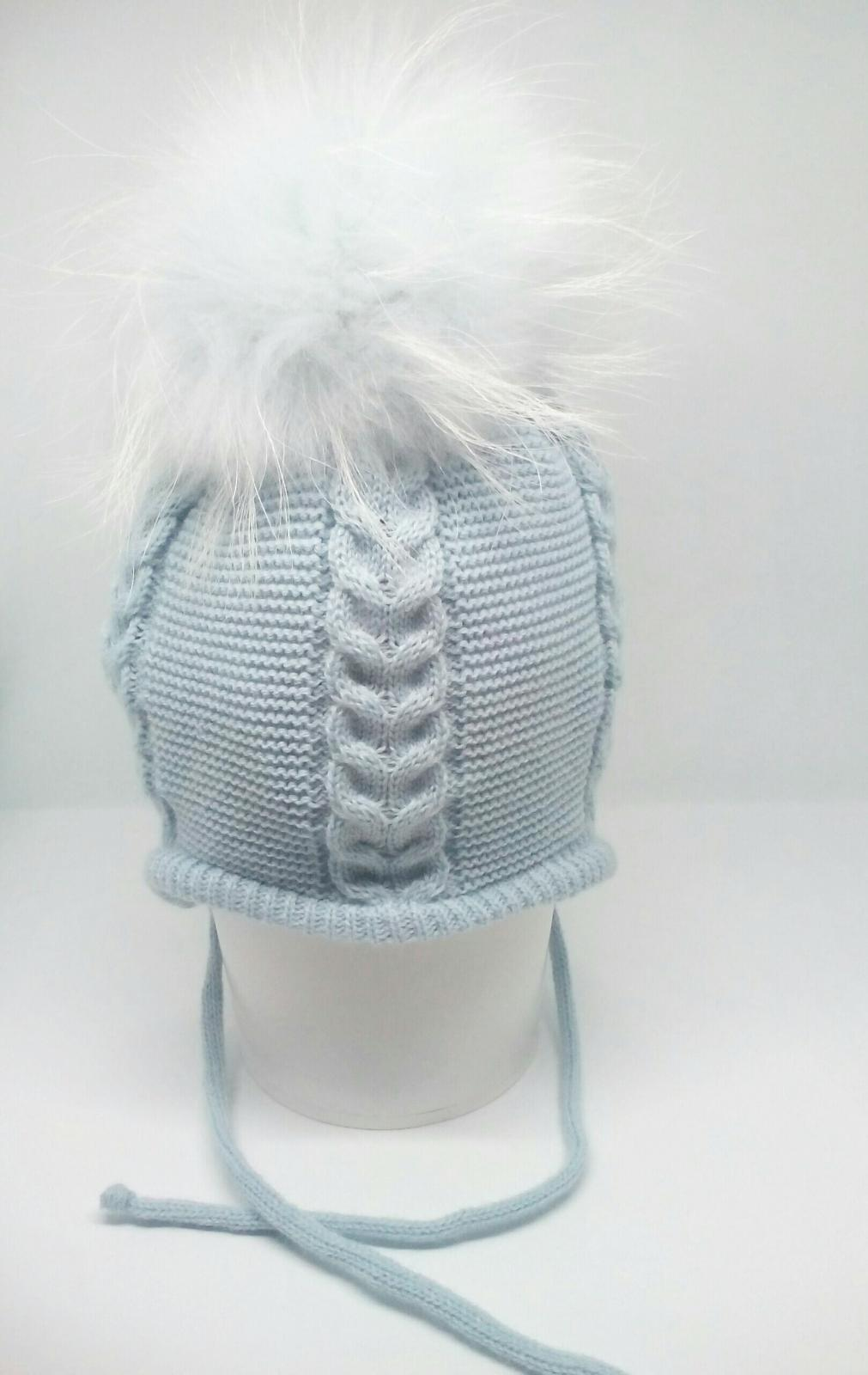 Gorro niña en azul empolvado con pompóm de pelo natural.