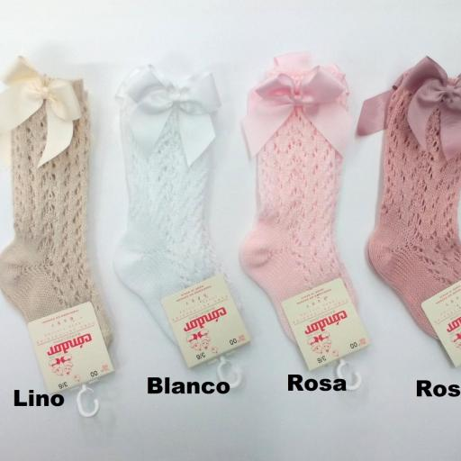 Calcetines calados de perlé color lino de Cóndor.  [1]