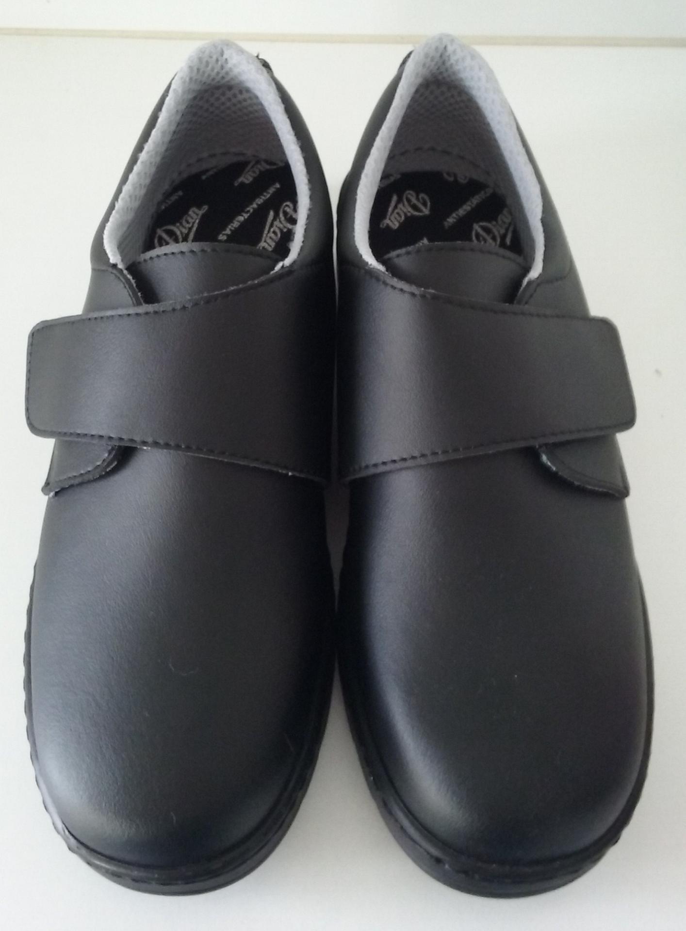 Zapato velcro negro.