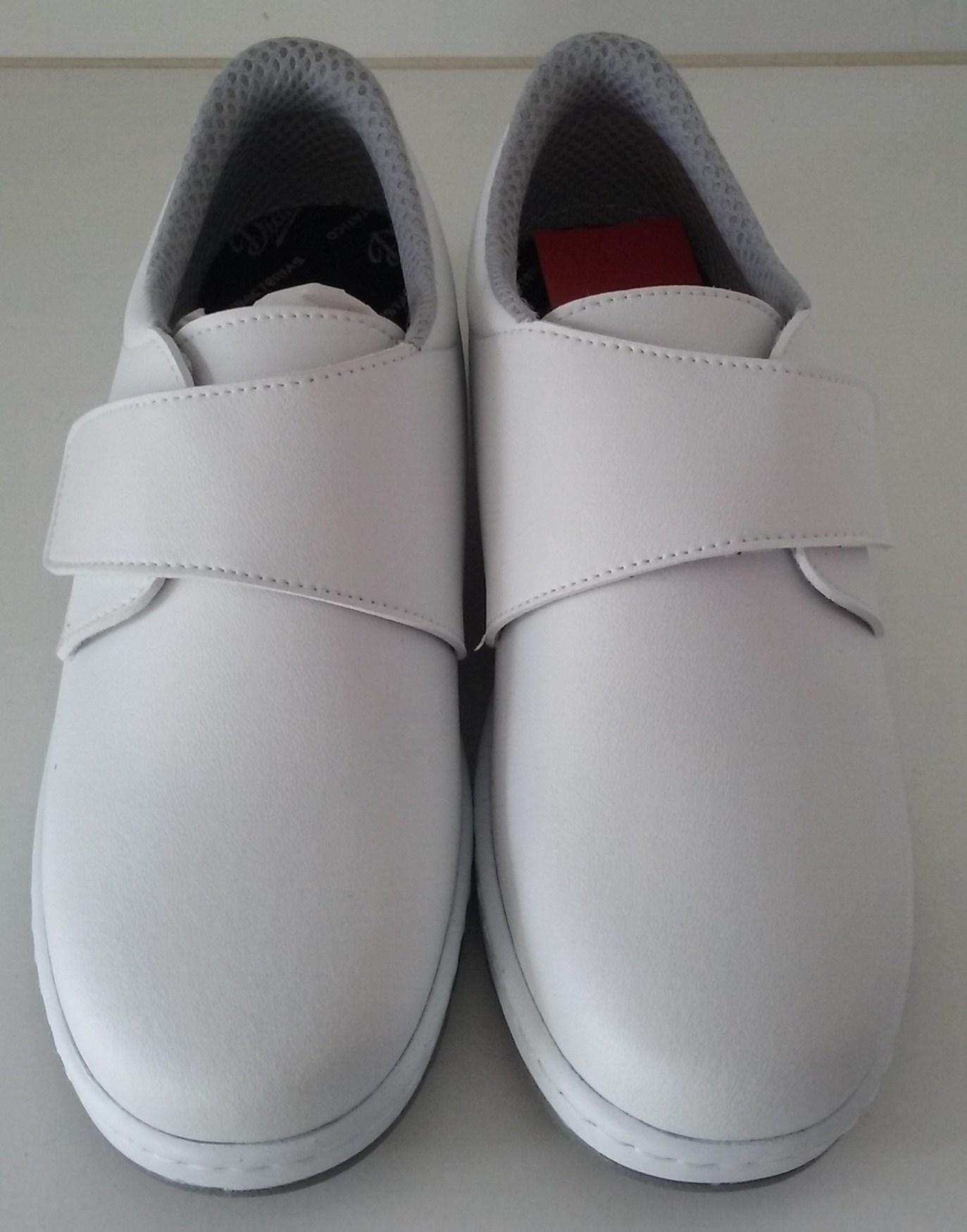 Zapato velcro blanco.