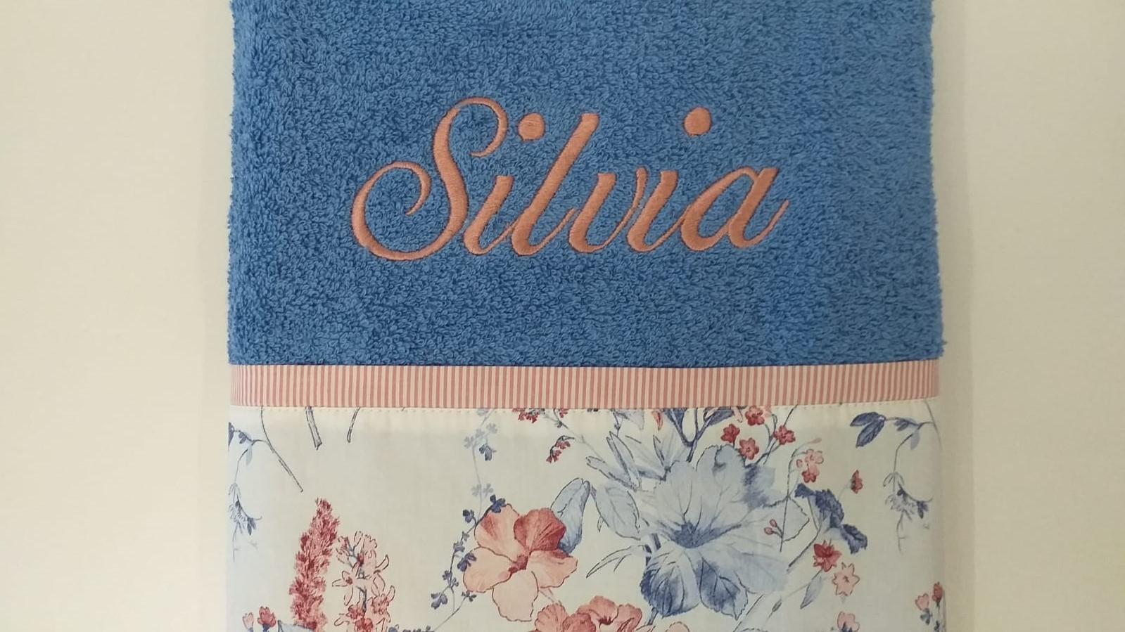 Toalla Flores Azul y rosa empolvado.