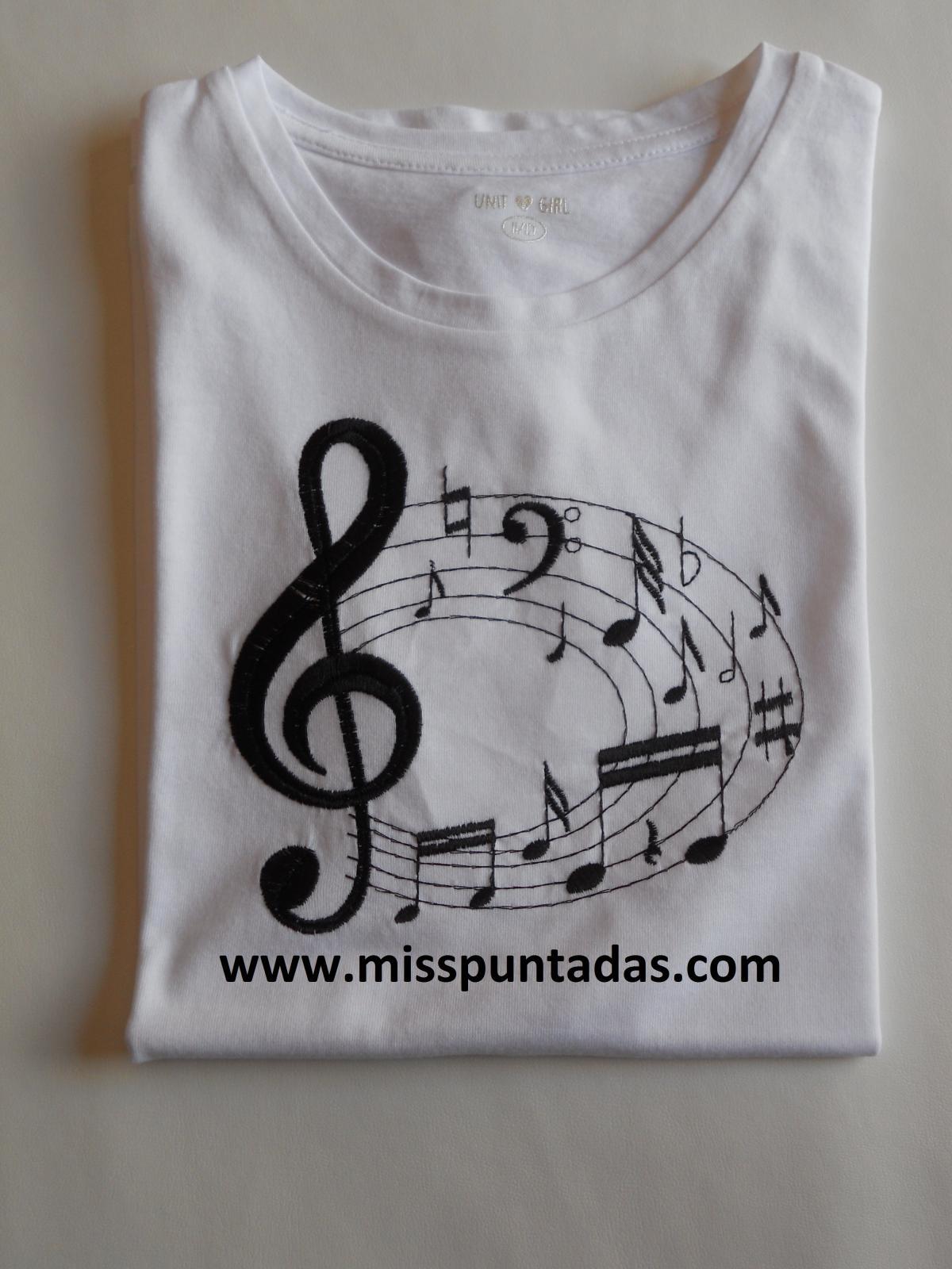 Camiseta de notas musicales  en negro.