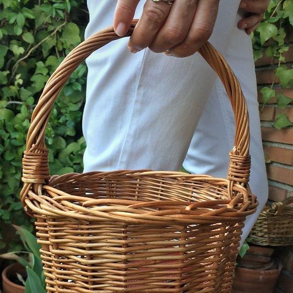 cesta pequeña redonda de mimbre