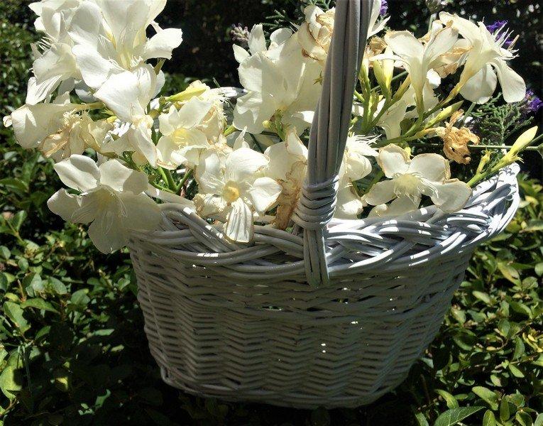 cesta pequeña blanca de mimbre ovalada