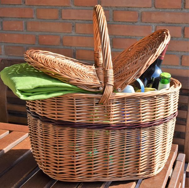 Cesta de picnic con dos tapas