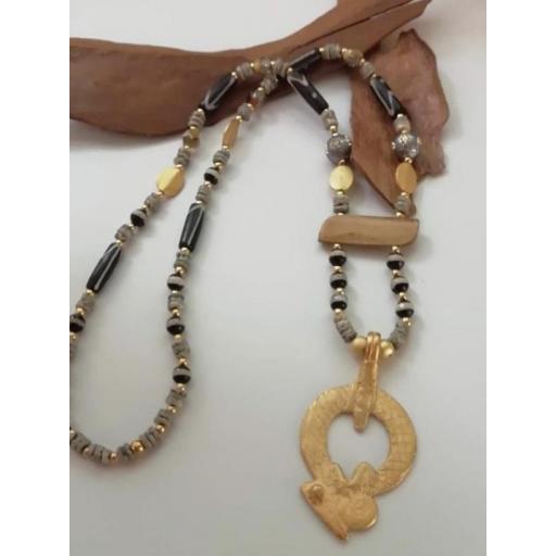 Collar con piezas de bronce africanas bañadas en oro mate