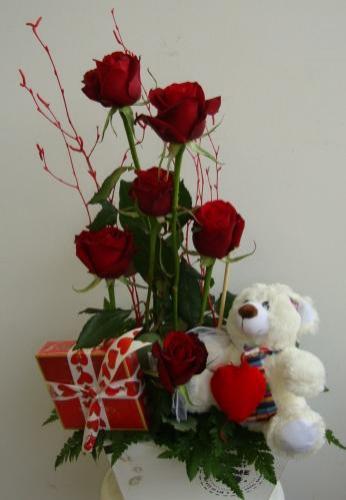 Ramo de rosas rojas, peluche y bombones