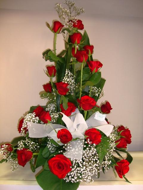 Centro alto con  24 rosas rojas y complementos