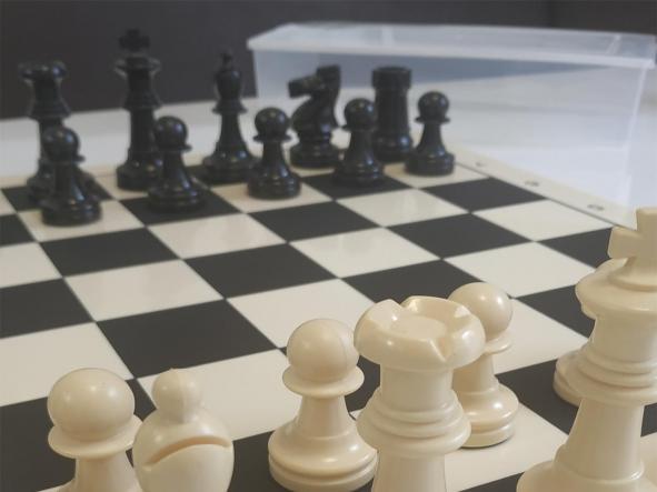 Tablero y piezas de ajedrez en PVC Nacional  tamaño reglamentario [3]