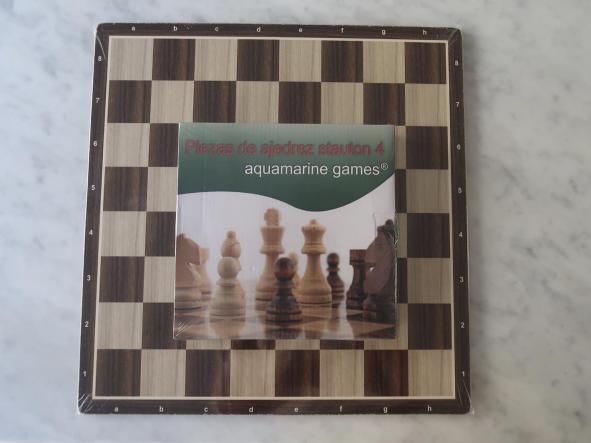 Conjunto  de ajedrez compuesto por tablero de 40x40 DM más set de piezas Statuon 4 madera