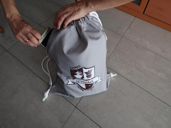 Mochila porta-todo con cordones con  logotipo de nuestro  canal de ajedrez Reydama