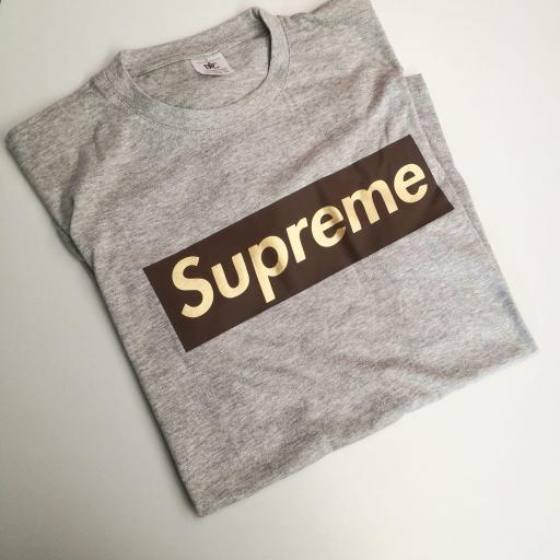 CAMISETA SUPREME MARRON DORADO
