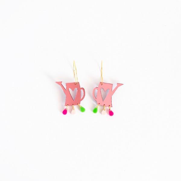 Pendientes largos Vinuesa Regadera, una regadera rosa con tres gotitas colores colgando