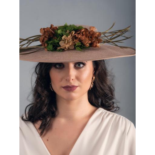 Pamela con flores preservadas y plumas [1]