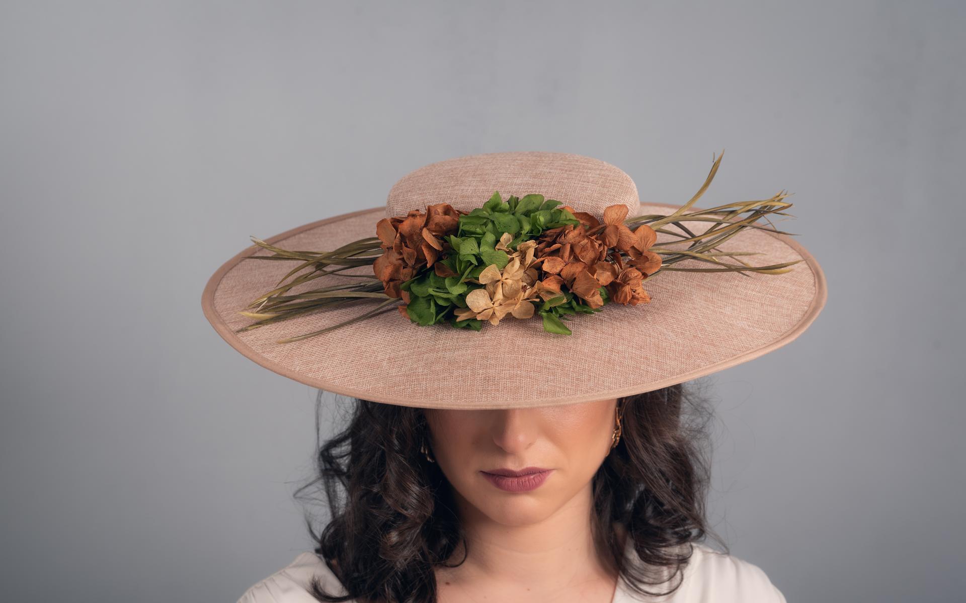 Pamela con flores preservadas y plumas