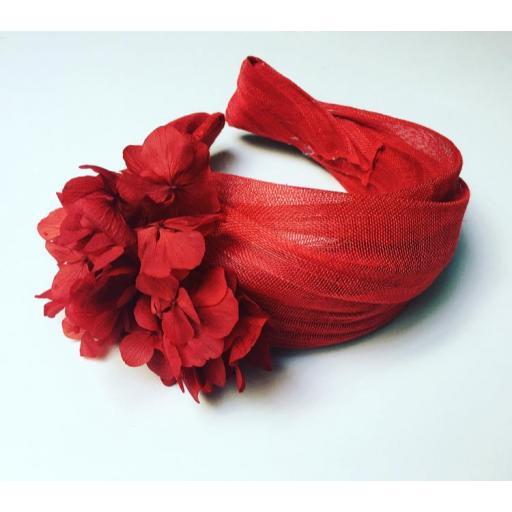 Tocado rojo con flores preservadas