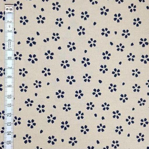 Tela patchwork japonesa fondo beige con flores azul marino